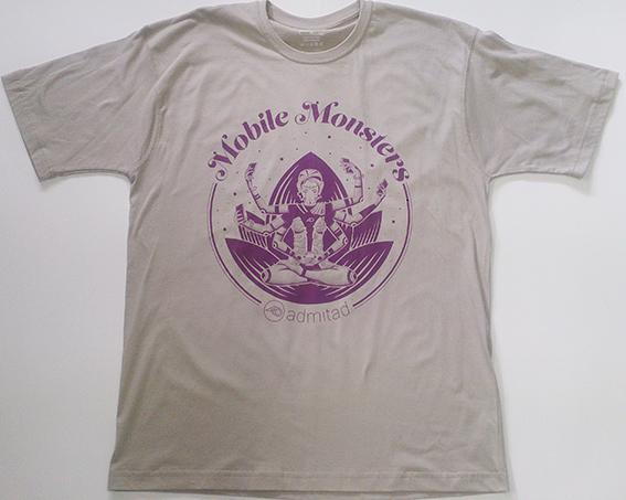 Фиолетовый рисунок на серой футболке