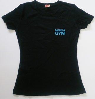 Цифровая печать логотипа на черной футболке