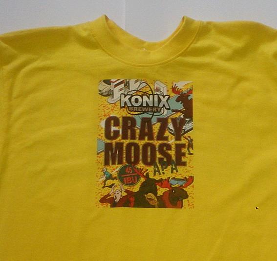 Цветной рисунок на желтой футболке.